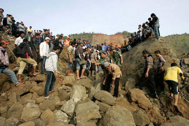 Рятувальники шукають постраждалих після землетрусу, який став причиною зсуву в селі Cianjur, Західна Ява, в Індонезії, в четвер, 3 вересня. Як повідомило відомство по боротьбі зі стихійними лихами, десятки людей загинули і пропали безвісти після сильного землетрусу в південній Індонезії, що викликав численні обвали, які поховали жителів сіл в їх будинках. (Thursday.AP / Irwin Fedriansyah)