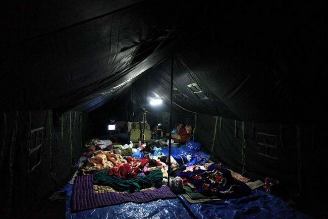 Біженці відпочивають в таборі після землетрусу в 7 балів 3 вересня в Західній Яві, Tasikmalaya, Індонезія. (Getty Images / Ulet Ifansasti)