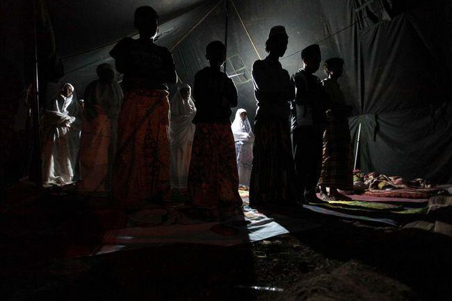 Біженці моляться в таборі після землетрусу в 7 балів 3 вересня в Західній Яві, Tasikmalaya, Індонезія. (Getty Images / Ulet Ifansasti)