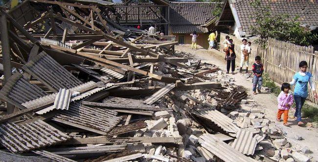 Жителі проходять повз руїни будинків, зруйнованих в результаті землетрусу в Pengalengan, Західна Ява, Індонезія