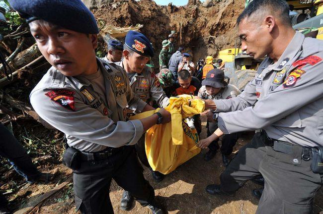 Індонезійські поліцейські несуть мертві тіла під час евакуації в селі Cikangkareng в Сібінонге 3 вересня. (AFP / Getty Images / Adek Berry)