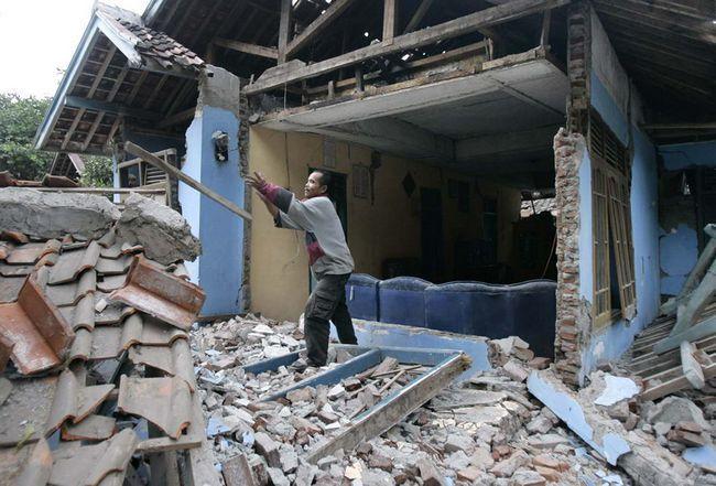 Чоловік розбирає руїни свого будинку, зруйнованого землетрусом в Sindangbarang, Західна Ява, Індонезія, в четвер, 3 вересня. (AP / Irwin Fedriansyah)