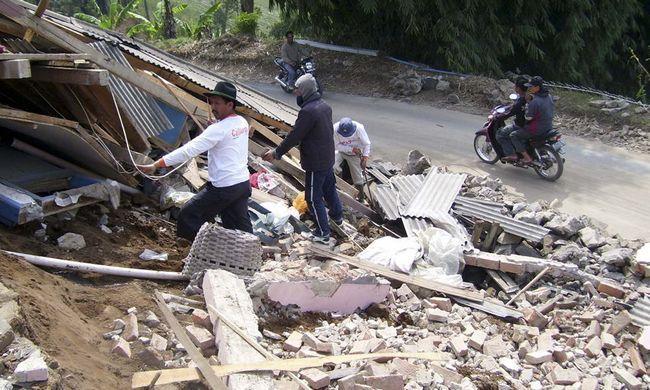 Жителі розбирають руїни будинку зруйнованого в результаті землетрусу в Pengalengan, Західна Ява, Індонезія, в четвер, 3 вересня. (AP / Kusumadireza)