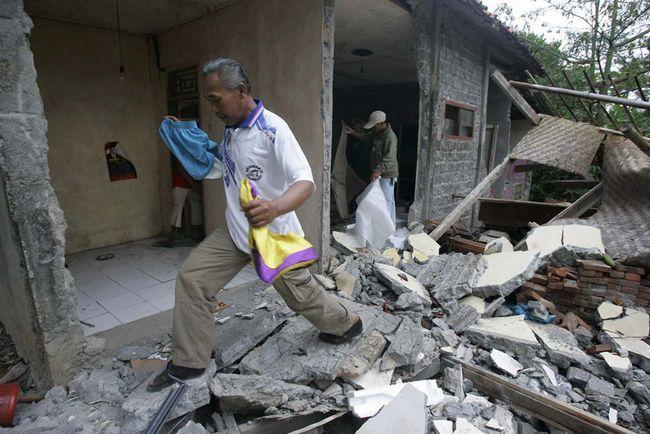Жителі села дістають речі зі зруйнованого землетрусом будинку в Sindangbarang, Західна Ява, Індонезія, в четвер, 3 вересня. (AP / Irwin Fedriansyah)