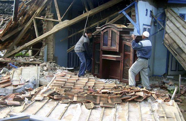 Місцеві жителі дістають речі зі зруйнованого землетрусом будинку в Sindangbarang, Західна Ява, Індонезія, в четвер, 3 вересня. (AP / Kusumadireza)