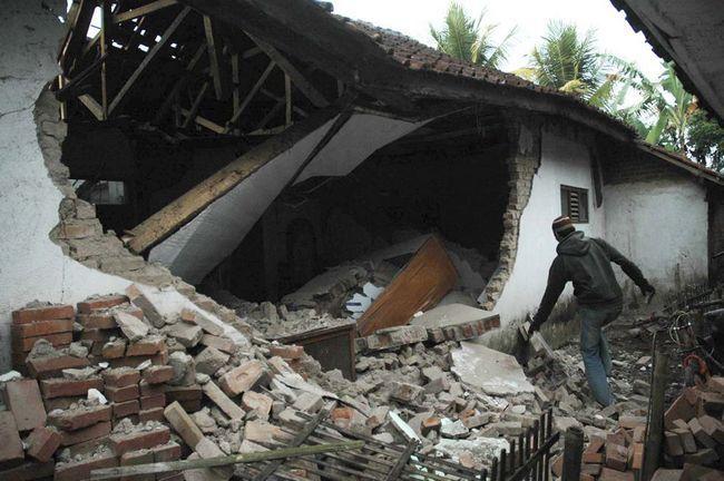 Місцевий житель оглядає руїни зруйнованого землетрусом будинку в Tasikmalaya, Західна Ява, Індонезія, в четвер, 3 вересня. Рятувальники голими руками проривають завали з каменів і сміття в пошуках десятків жителів села, яких поховали під завалами викликаними землетрусом в 7 балів. (AP / Hade Rupa)