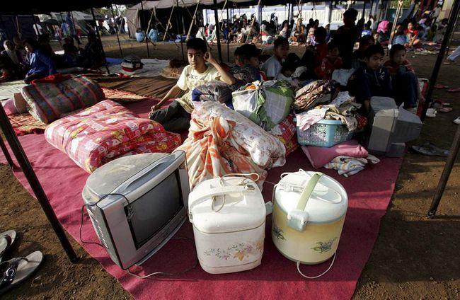 Індонезійські юнаки, які втратили житло через землетрус, сидять серед своїх речей в тимчасовому житлі в Tasikmalaya, Західна Ява, Індонезія, в четвер, 3 вересня. (AP / Pikiran Rakyat Daily)